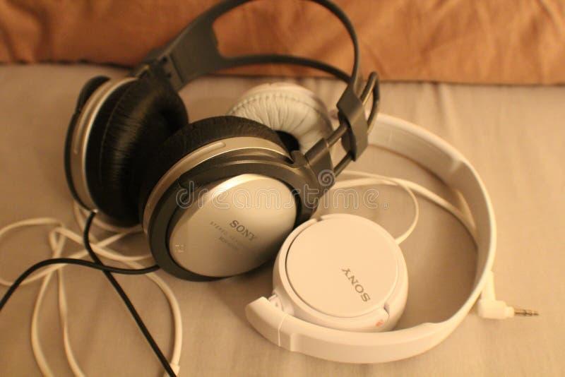 Paar ist Sony-Kopfhörer lizenzfreies stockbild