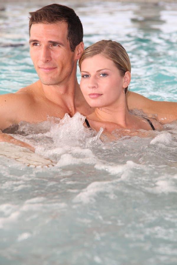 Paar in Jacuzzi stock afbeelding