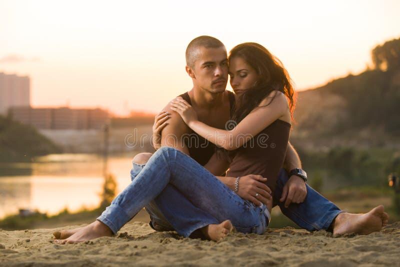 Paar in jeans op het strand stock fotografie