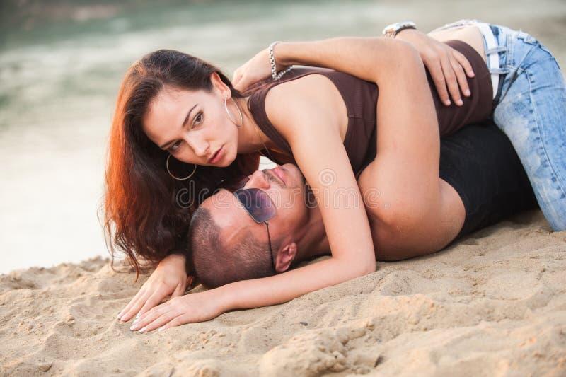 Paar in jeans op het strand stock afbeelding