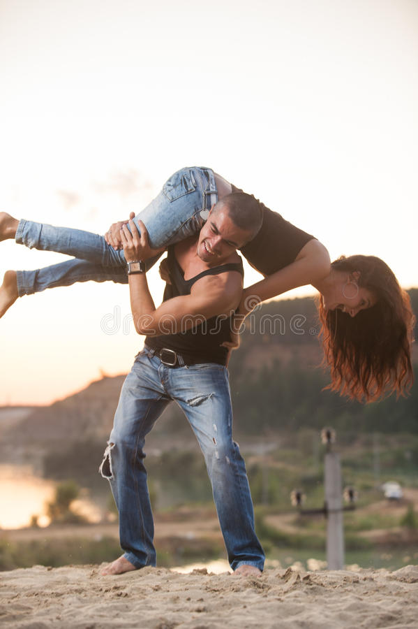 Paar in jeans op het strand royalty-vrije stock fotografie