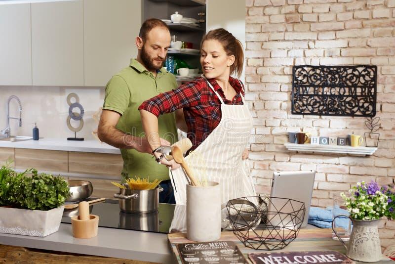 Paar in keuken stock foto