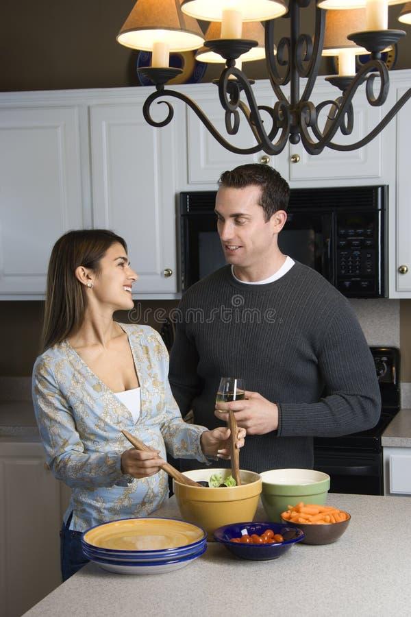 Paar in keuken. stock afbeeldingen