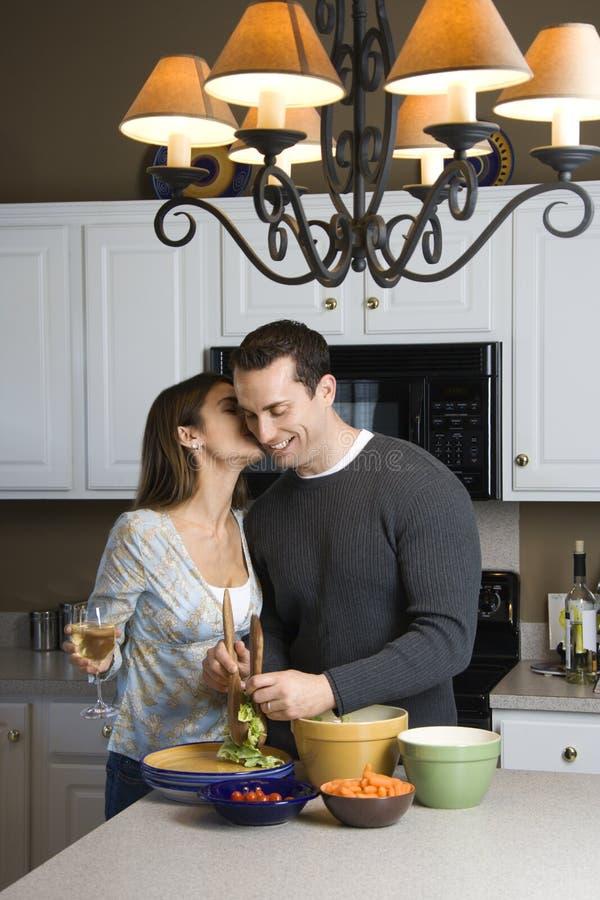 Paar in keuken. royalty-vrije stock fotografie