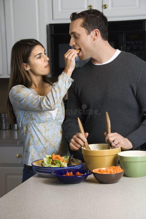 Paar in keuken. royalty-vrije stock afbeeldingen