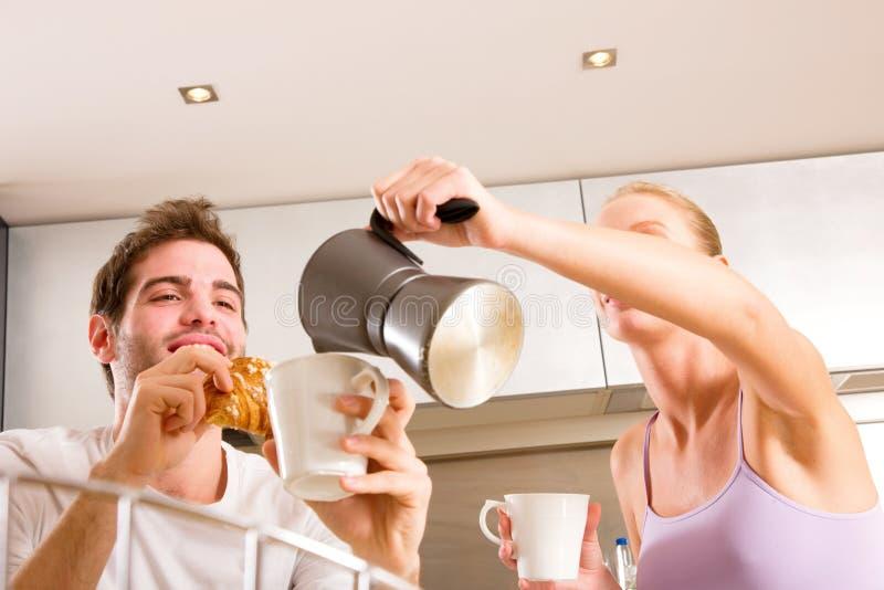 Paar in keuken die ontbijt heeft stock foto