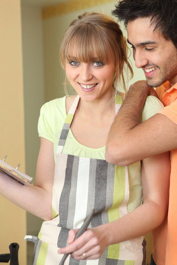 Paar in keuken het koken royalty-vrije stock foto's