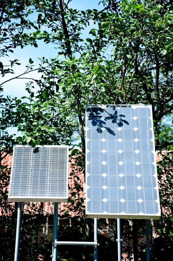 Paar kleine zonnepanelen die dienen om elektriciteit tot stand te brengen royalty-vrije stock afbeeldingen