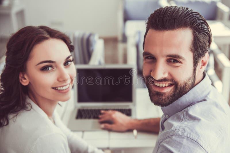 Paar in Koffie stock foto's