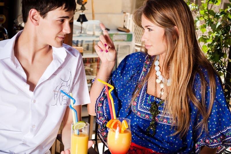 Paar in koffie openlucht royalty-vrije stock fotografie