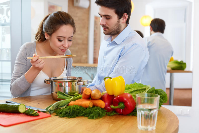 Paar Kokend Voedsel in Keuken Gezonde Levensstijl stock afbeeldingen