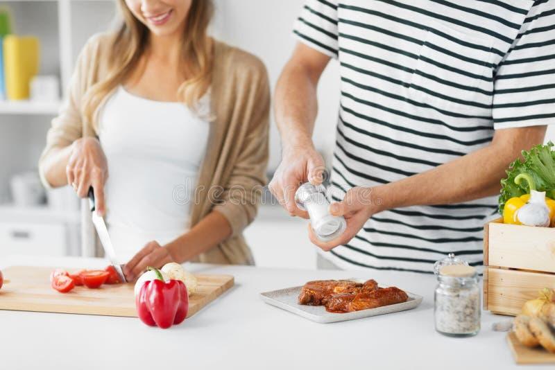 Paar kokend voedsel samen thuis royalty-vrije stock foto