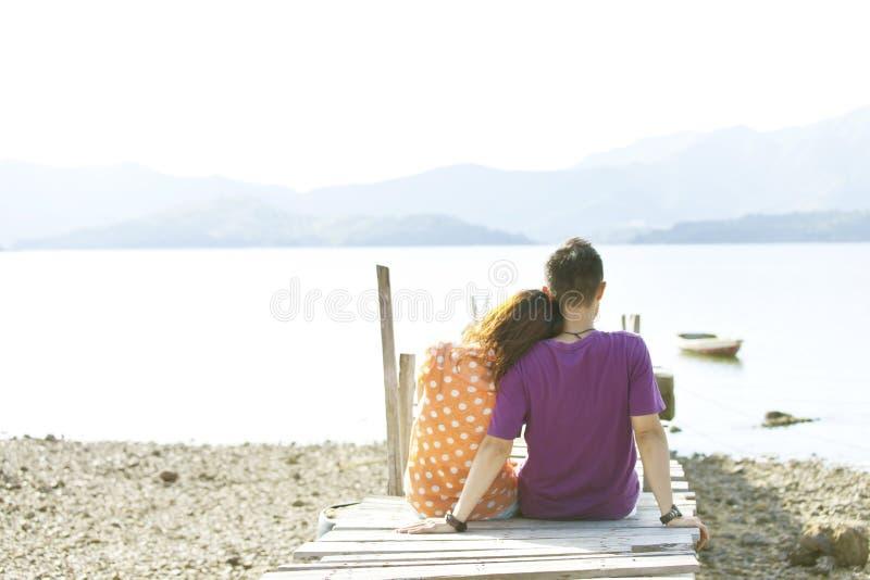 Paar langs de kust stock foto's