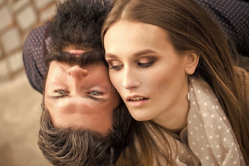 Paar in liefde Één mooi modieus teder paar van jonge vrouw en de hogere mens met lange zwarte baard die dicht omhelzen royalty-vrije stock afbeeldingen