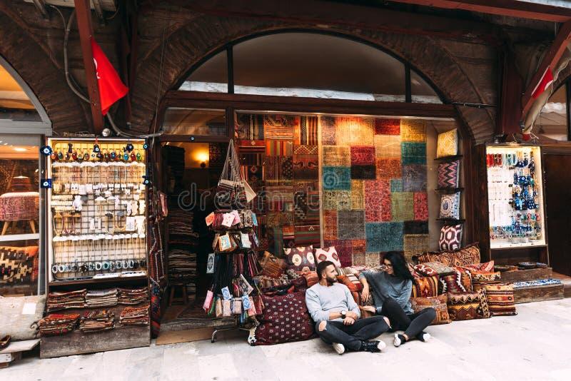 Paar in liefde bij de Bazaar royalty-vrije stock afbeelding