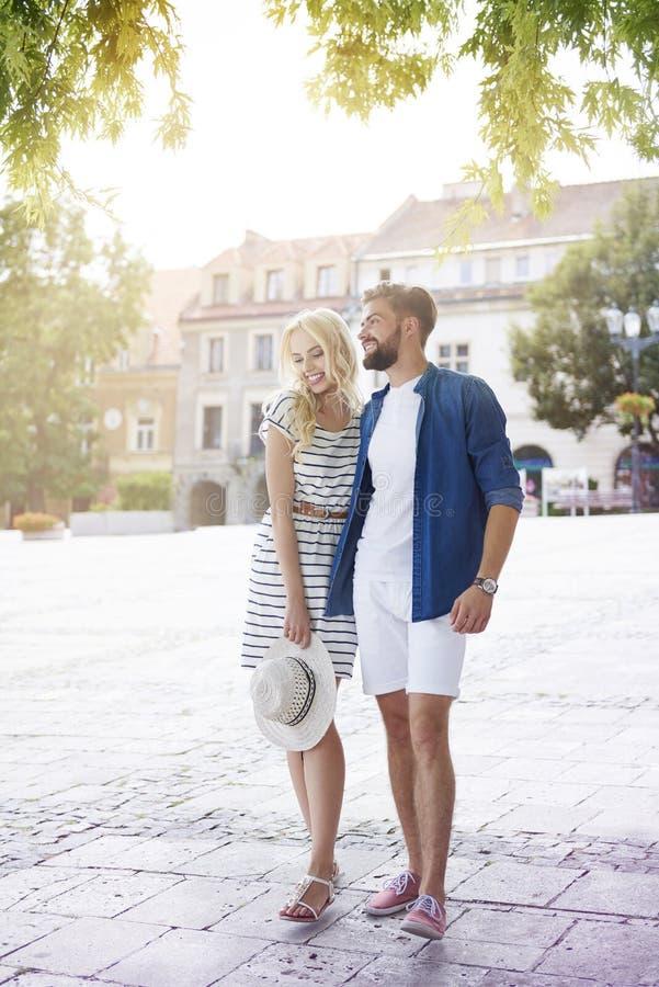Paar in liefde bij de stad stock fotografie