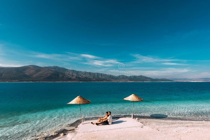 Paar in liefde in de Blauwe lagune Minnaars op de het kustjongen en meisje in Turkije stock afbeeldingen