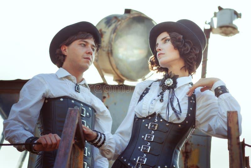 Paar in liefde in de stijl van steampunk stock foto's