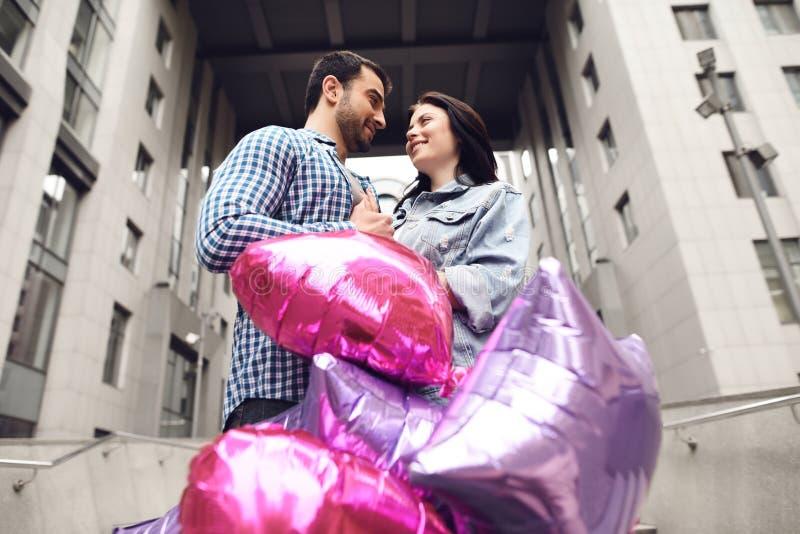 Paar in liefde dichtbij ballons stock fotografie
