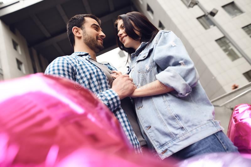 Paar in liefde dichtbij ballons royalty-vrije stock fotografie