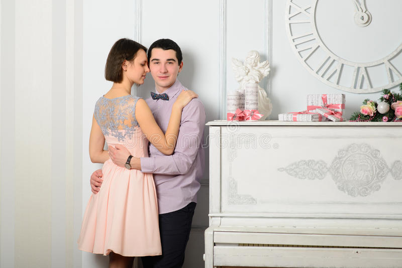 Paar in liefde dichtbij de piano royalty-vrije stock afbeeldingen