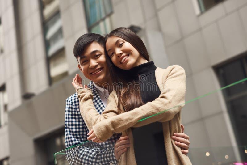 Paar in liefde dichtbij glasversperring stock foto's