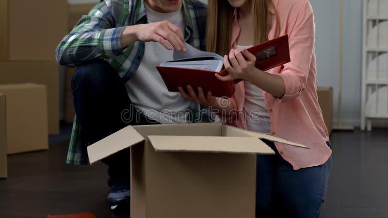 Paar in liefde die binnen, gelukkige familie uitpakkende dozen in nieuwe flat zich samen bewegen royalty-vrije stock afbeelding