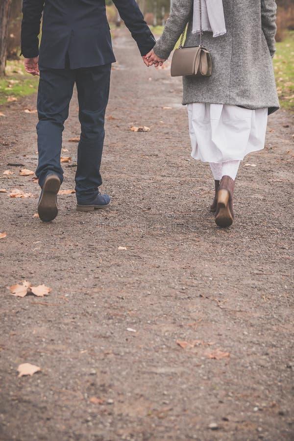 Paar in liefde die en de ruimte van het handenexemplaar lopen houden royalty-vrije stock afbeeldingen