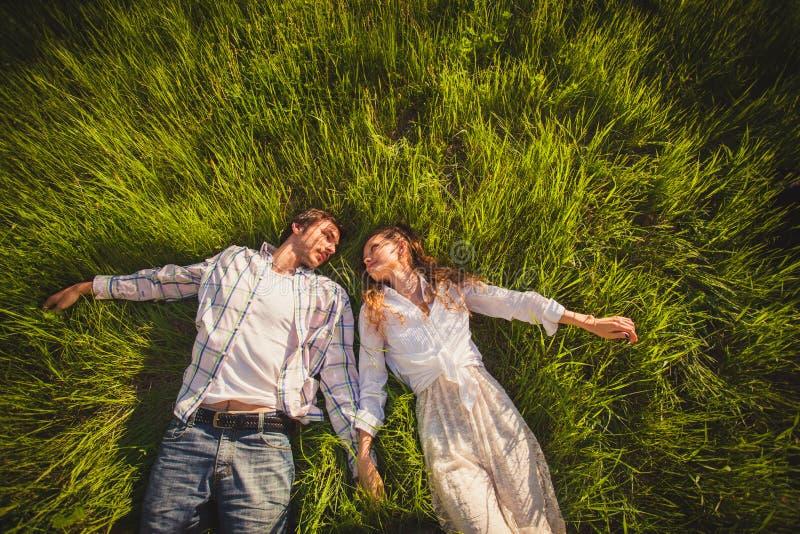 Paar in liefde die op gras liggen royalty-vrije stock foto's