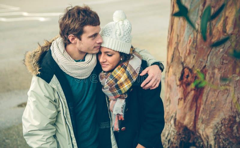 Paar in liefde die in openlucht op koude de herfstdag omhelzen royalty-vrije stock foto