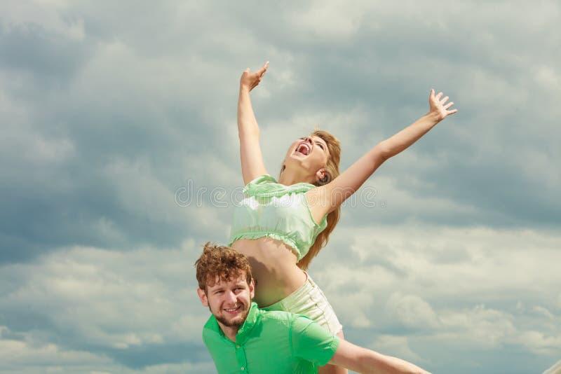 Paar in liefde die pret op overzeese pijler hebben stock afbeelding