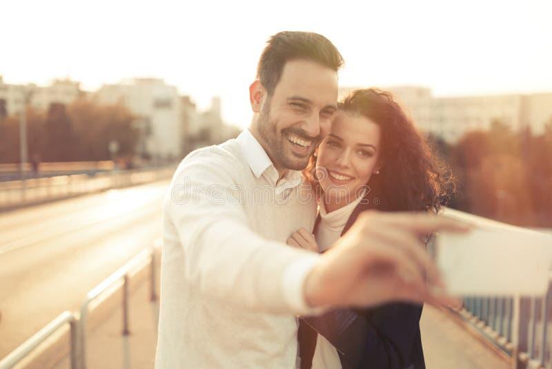 Paar in liefde die selfies nemen royalty-vrije stock afbeeldingen