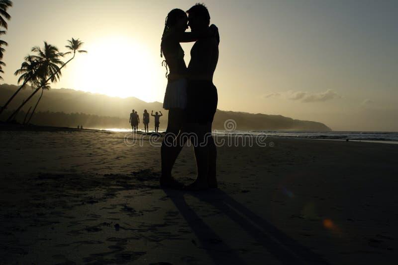 Paar in Liefde door Zonsondergang royalty-vrije stock afbeelding