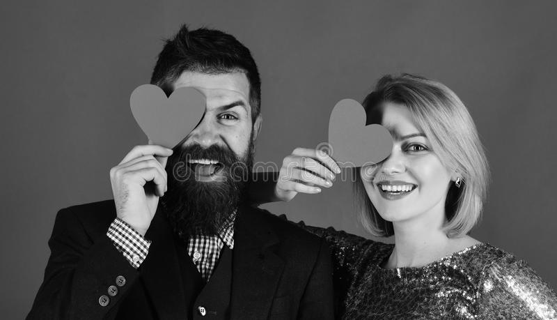 Paar in liefde Gelukkig jong paar die rode document harten en het glimlachen houden stock foto