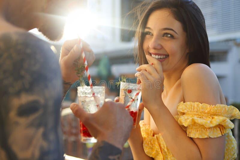 Paar in liefde het drinken de zomer verfrissende limonade met rasberry op een balkon royalty-vrije stock foto