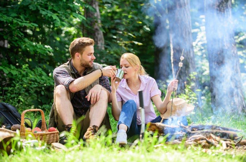 Paar in liefde het kamperen bosstijging Voedsel voor stijging en het kamperen Het paar zit dichtbij vuur eet snacks en drank Stij royalty-vrije stock foto