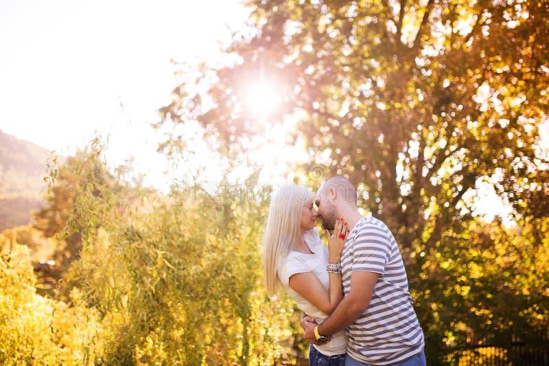 Paar in liefde het koesteren royalty-vrije stock afbeeldingen