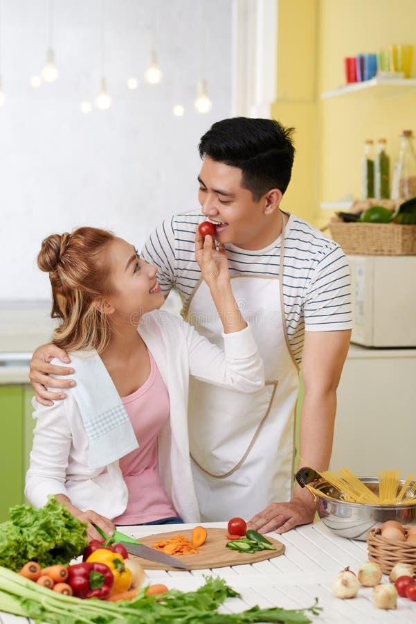 Paar in liefde het koken royalty-vrije stock foto's