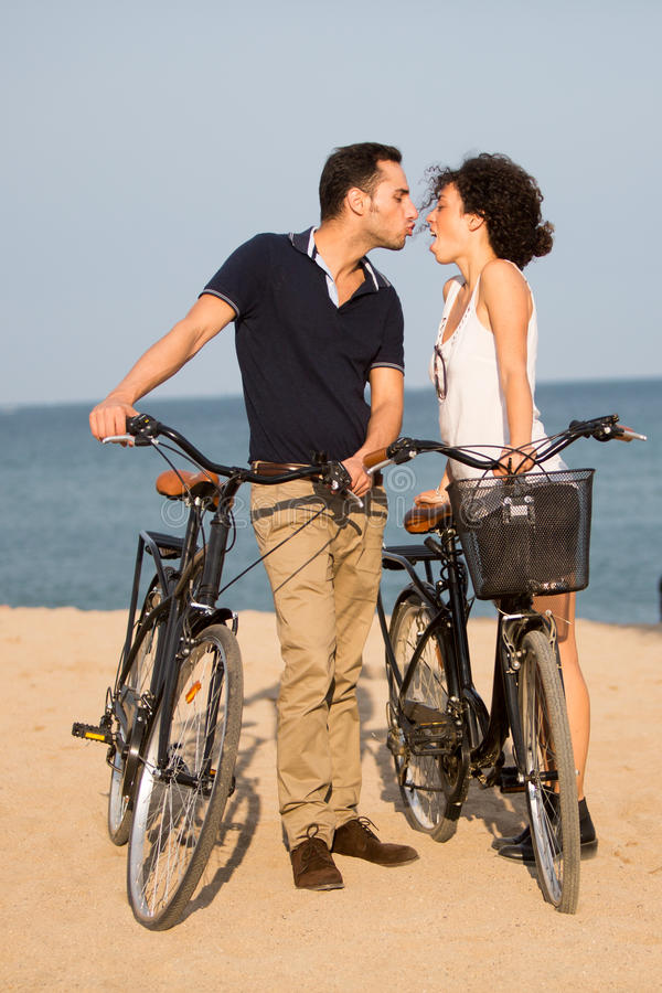 Paar in liefde het kussen op een strand stock afbeelding