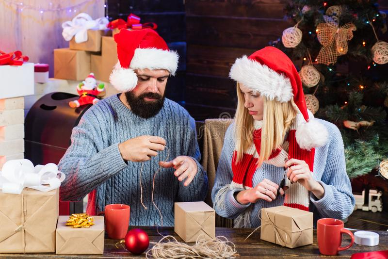 Paar in liefde Kerstmisbinnenland Leuke jonge vrouw en knappe man met santahoed Kerstmiskleding Gelukkig Nieuwjaar stock foto