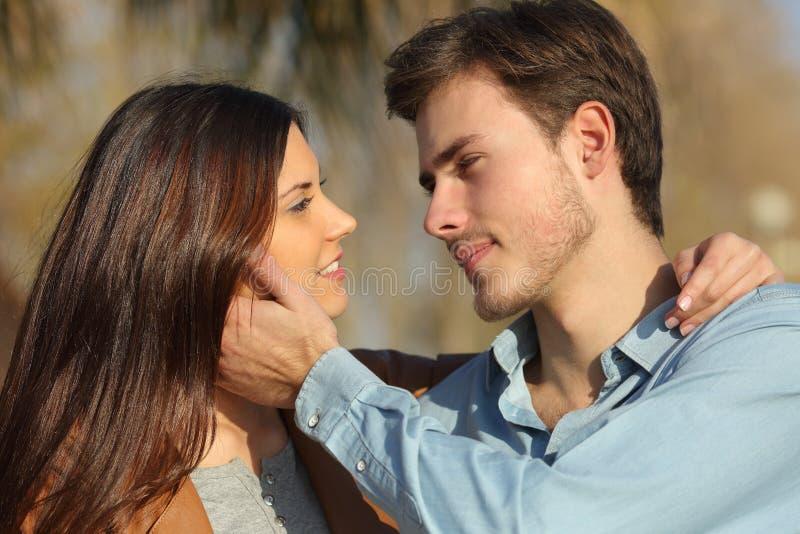 Paar in liefde klaar om in een park te kussen stock fotografie