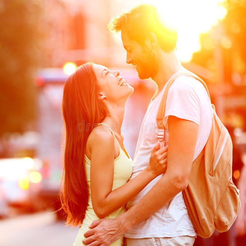Paar in liefde kussen die hebbend pret lachen royalty-vrije stock fotografie