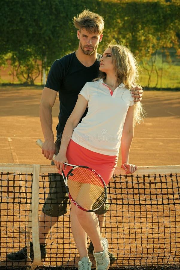 Paar in liefde Paar in liefdetribune bij tennis netto op kleihof royalty-vrije stock foto