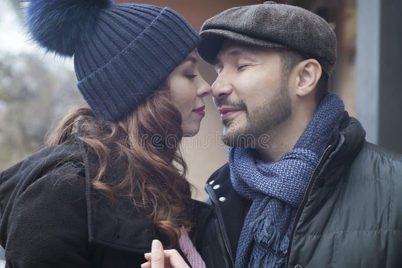 Paar in liefde op de straat royalty-vrije stock foto's