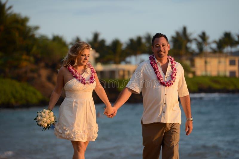 Paar in liefde op het strand in Hawaï royalty-vrije stock afbeeldingen