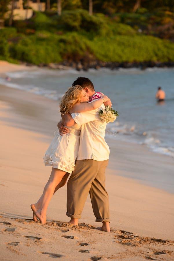 Paar in liefde op het strand in Hawaï royalty-vrije stock foto