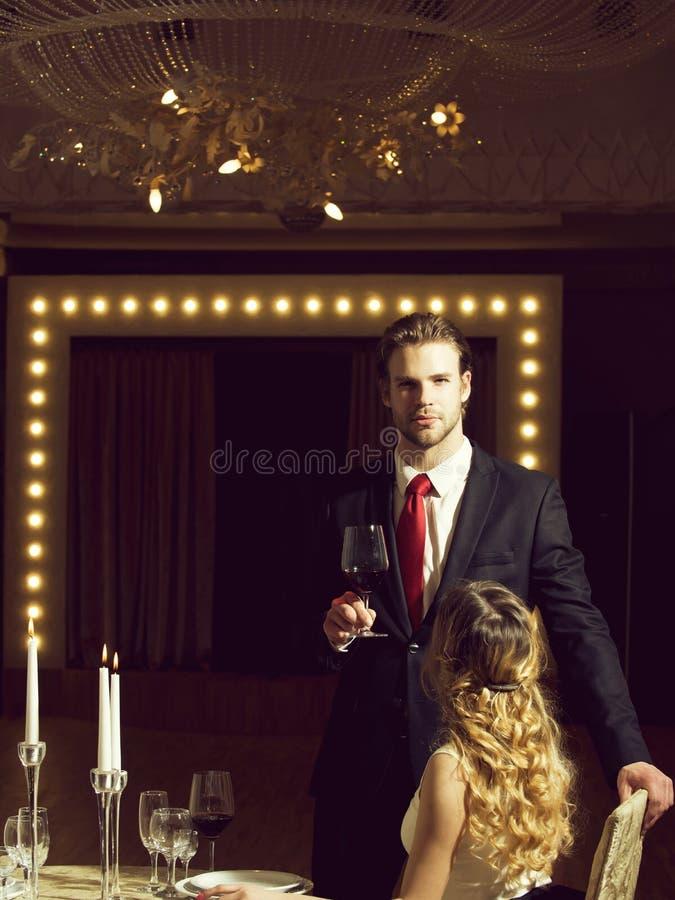 Paar in liefde op romantische datum, restaurantvergadering stock foto