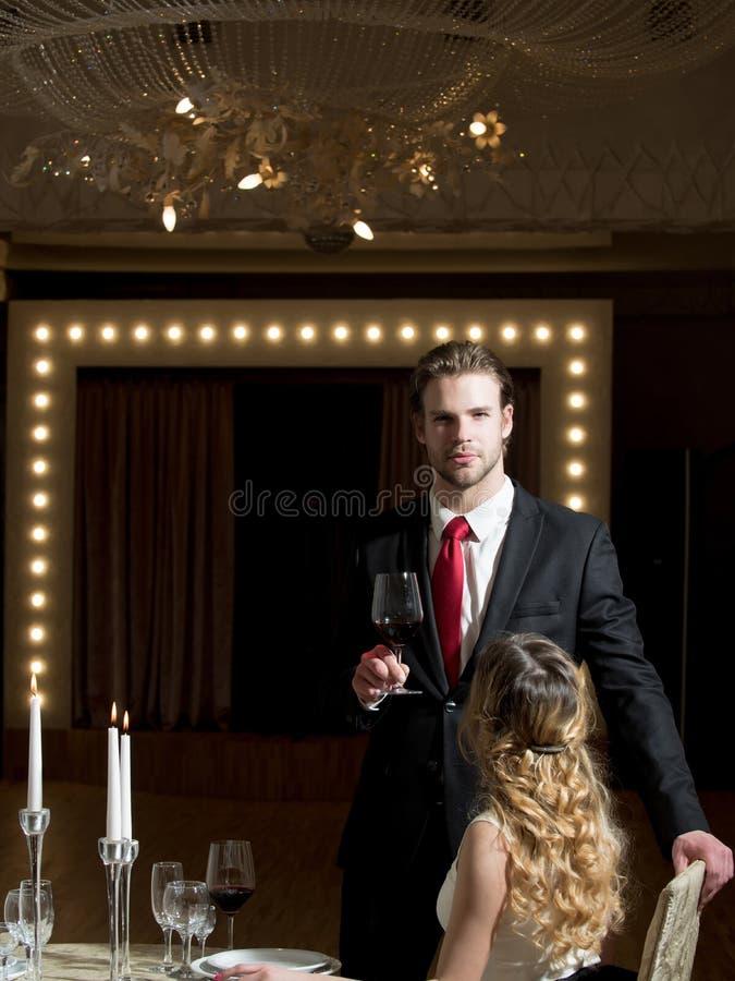 Paar in liefde op romantische datum, restaurantvergadering stock afbeeldingen