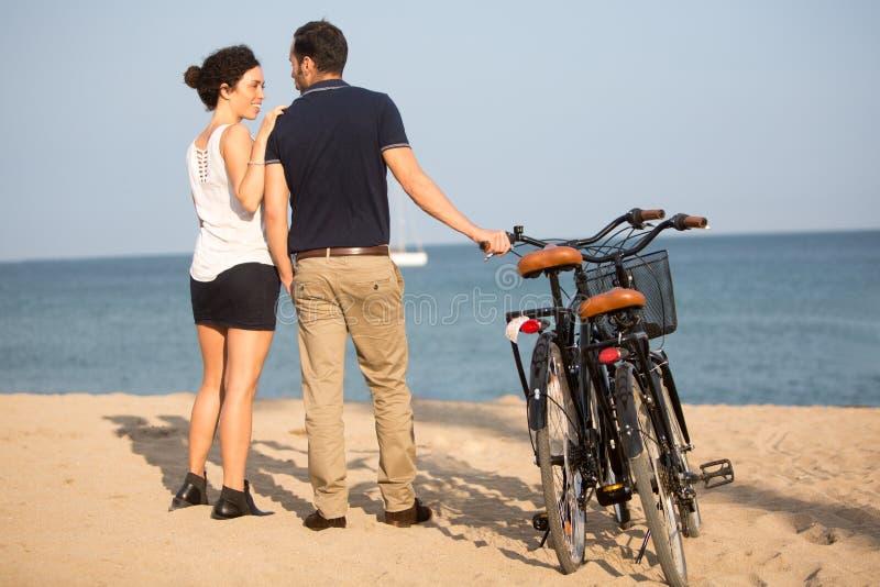 Paar in liefde op strand stock afbeelding