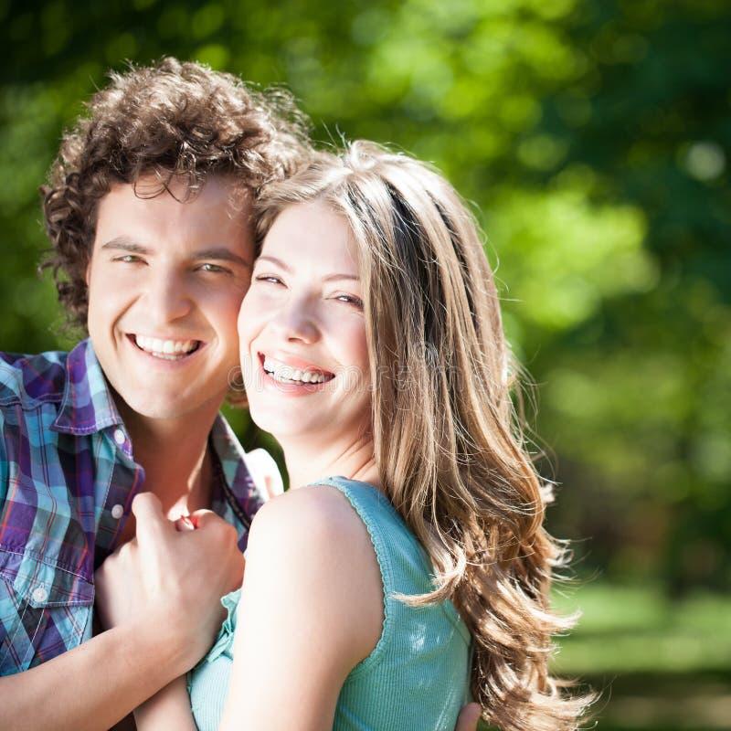 Paar in Liefde in openlucht stock afbeelding